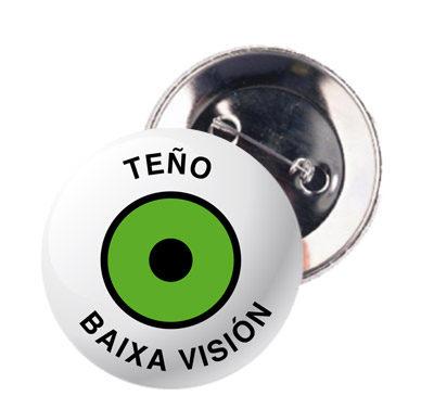 """chapa con distintivo en gallego: """"Teño baixa visión"""""""