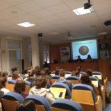 """Seminario sobre Retinosis Pigmentaria, Baja Visión y el distintivo """"Tengo Baja Visión"""" en la Facultad de Medicina y Enfermería de Donostia."""