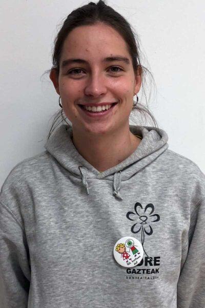 chica con chapa solidaria modelo 1 en euskera
