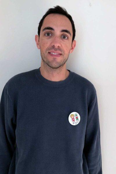 chico con chapa solidaria modelo 1 en euskera