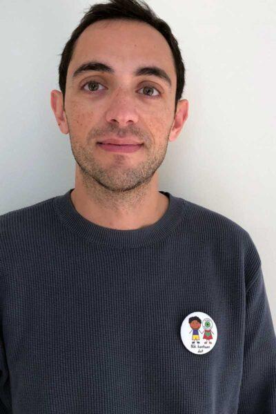 chico con chapa solidaria modelo 3 -  en euskera